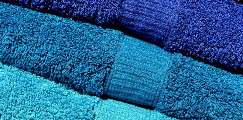 Asciugamani colorati sui toni del blu e dell'azzurro