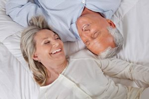 Persone rilassate a letto