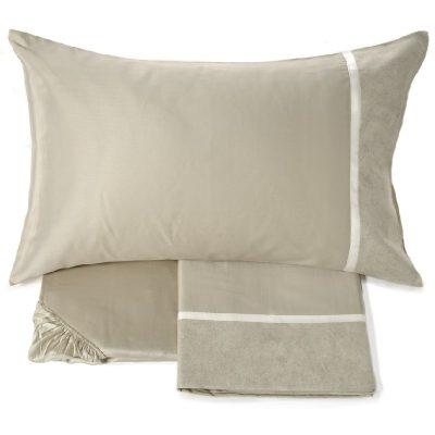 Completi lenzuola matrimoniali panna Fazzini Galuchat in percalle di puro cotone in tinta unita. Sulle federe e sulla balza del lenzuolo superiore è applicato un bordino in doppio